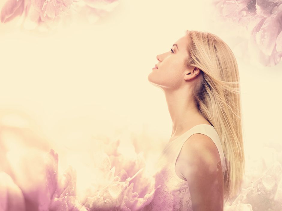 Femme regardant vers le ciel